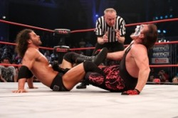 Bobby Roode tries to make sting submit at Victory Road 2012